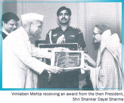 Vimlaben Mehta receiving award